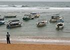 Vissersbootjes op het strand van Hikkaduwa
