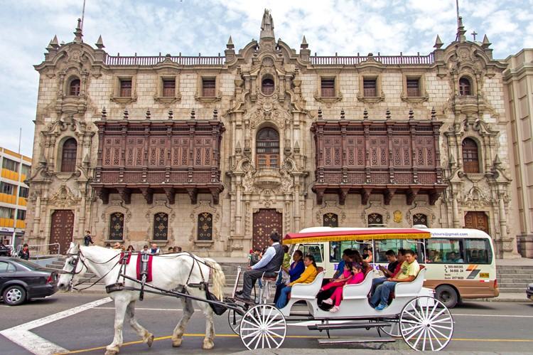 Aartsbisschoppelijk paleis op de Plaza de Armas - Lima - Peru