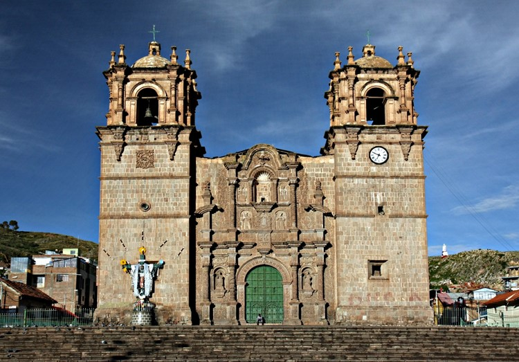De kathedraal op de Plaza de Armas van Puno - Zuid Peru