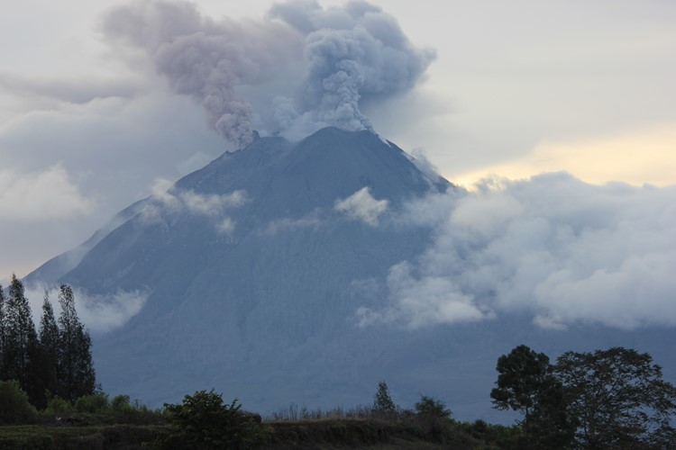 Sinabung vulkaan bij Berastagi - Sumatra - Indonesië